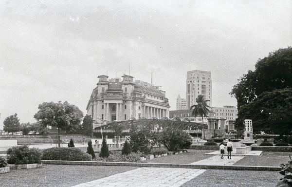 The Fullerton Building (now a hotel) with the Fullerton Road bri