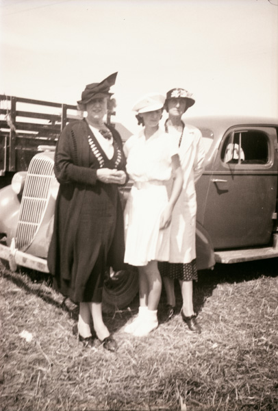 Family members in New Zealand, Thirza Pidgeon on left and Sarah